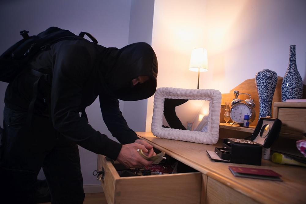 Einbrecher durchwühlt persönliche Sachen